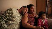 Ciganos da etnia roma são os personagens centrais deste longa dirigido por Danis Tanovic e que se passa dentro da Bósnia-Herzegovina, mas longe dos grandes centros urbanos. O pai Nazif vende peças de metal extraídas de carros enquanto a mãe Senada cuida do lar e de duas filhas. O equilíbrio é quebrado quando Senada descobre que corre risco de septicemia por conta da morte do bebê que estava dentro de seu útero. A operação é vital para a sobrevivência da mulher, mas ela não possui seguro de saúde e o custo de operação é mais alto do que a família pode pagar. Divulgação